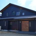 安城市で杉板とブラックガルバリウム鋼板の有機質と無機質な組合せのクールな家
